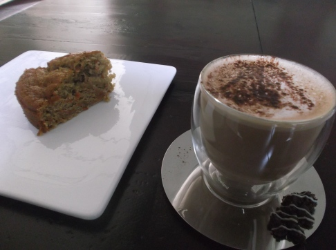 Carrot-ginger-cake with a ginger latte